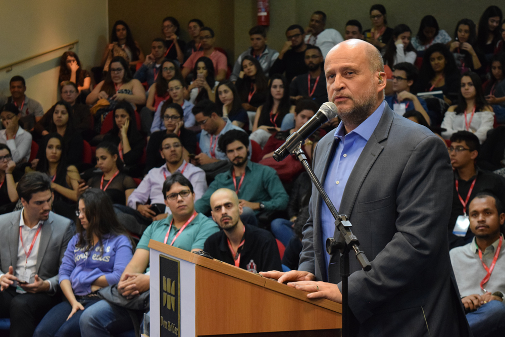 O conferencista da noite foi o prof. Clóvis de Barros Filho.