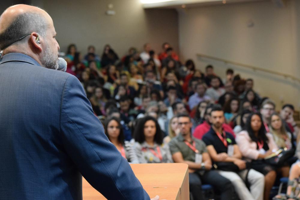 O auditório da Dom Helder Escola de Direito teve lotação máxima para a conferência da noite e para o painel que o seguiu.