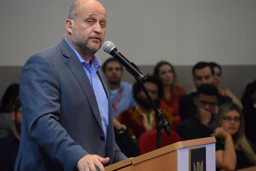 Prof. Clóvis de Barros Filho Clóvis de Barros Filho é jornalista e professor livre-docente na área de Ética da Escola de Comunicações e Artes da Universidade de São Paulo e coordenador do programa de mestrado da Escola Superior de Propaganda e Marketing.