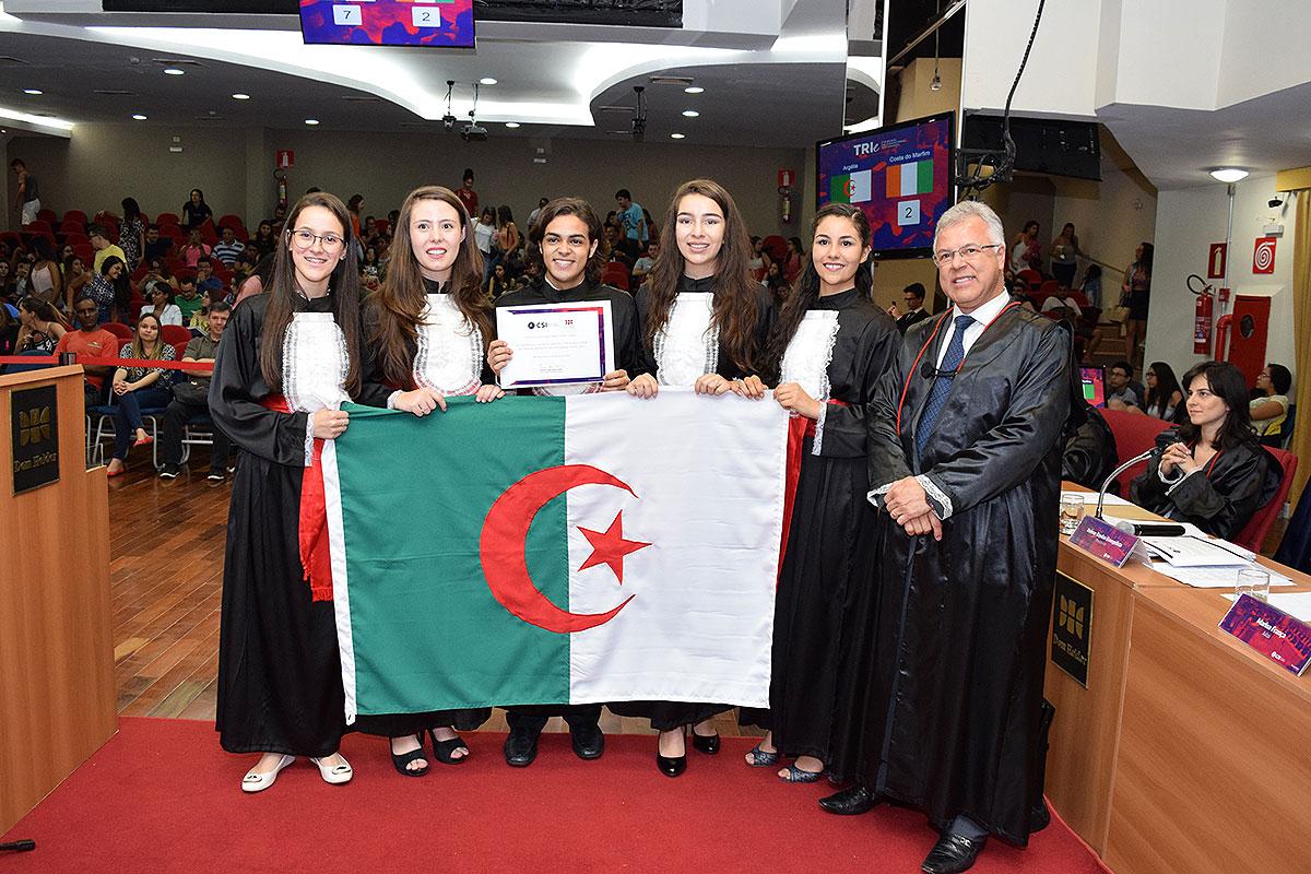 Presidente da sessão final do TRI-e e a delegação da Argélia.