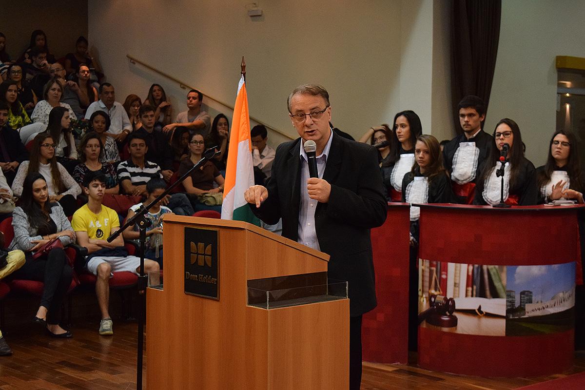 Reitor da Dom Helder, prof. Paulo Stumpf SJ discursa na abertura dos trabalhos.