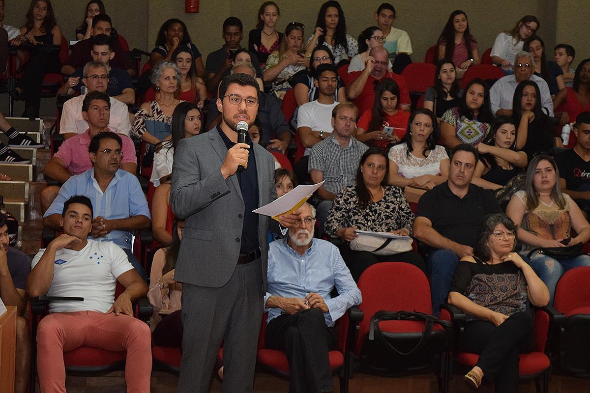 Os trabalhos foram iniciados pelo professor Franclim Brito, coordenador do curso de Direito Integral e reitor da Escola de Engenharia de Minas Gerais (EMGE).