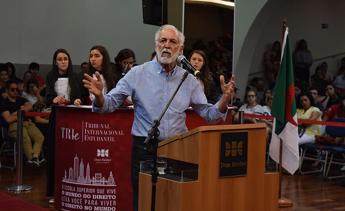 Argélia convidou o professor e médico sanitarista Apolo Heringer Lisboa.