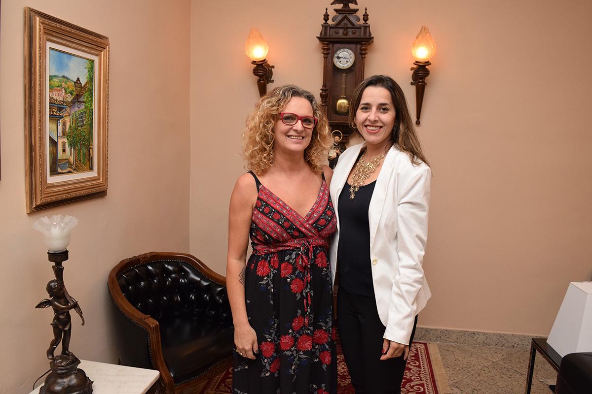 Pró-reitora de Administração, prof.ª Cácia Rita Stumpf, e a prof.ª Camila Martins de Oliveira