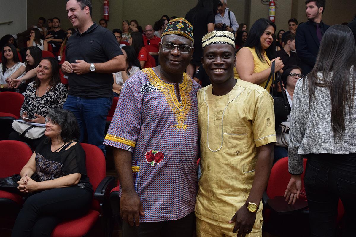 Pró-Reitor de Pós-Graduação, professor Kiwonghi Bizawu, e Abdoul Razack Fassassi.