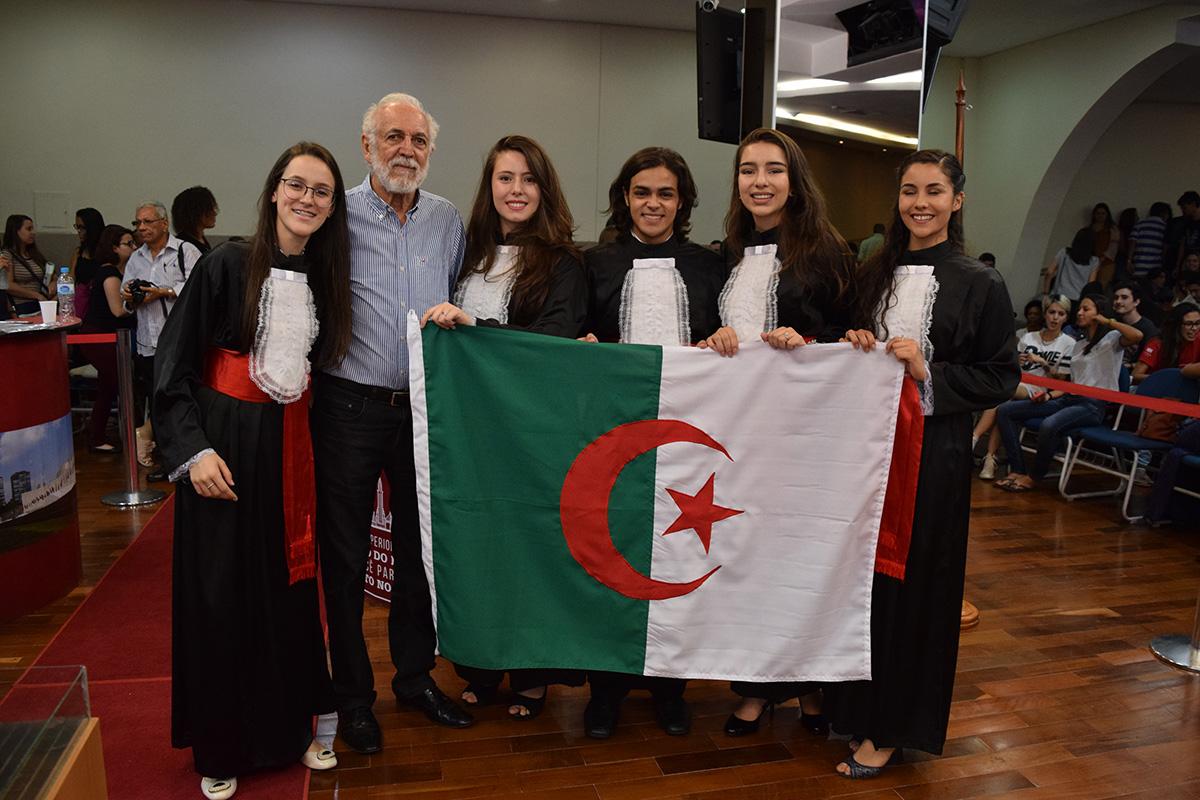 Apolo Heringer Lisboa e os membros da equipe da Argélia.