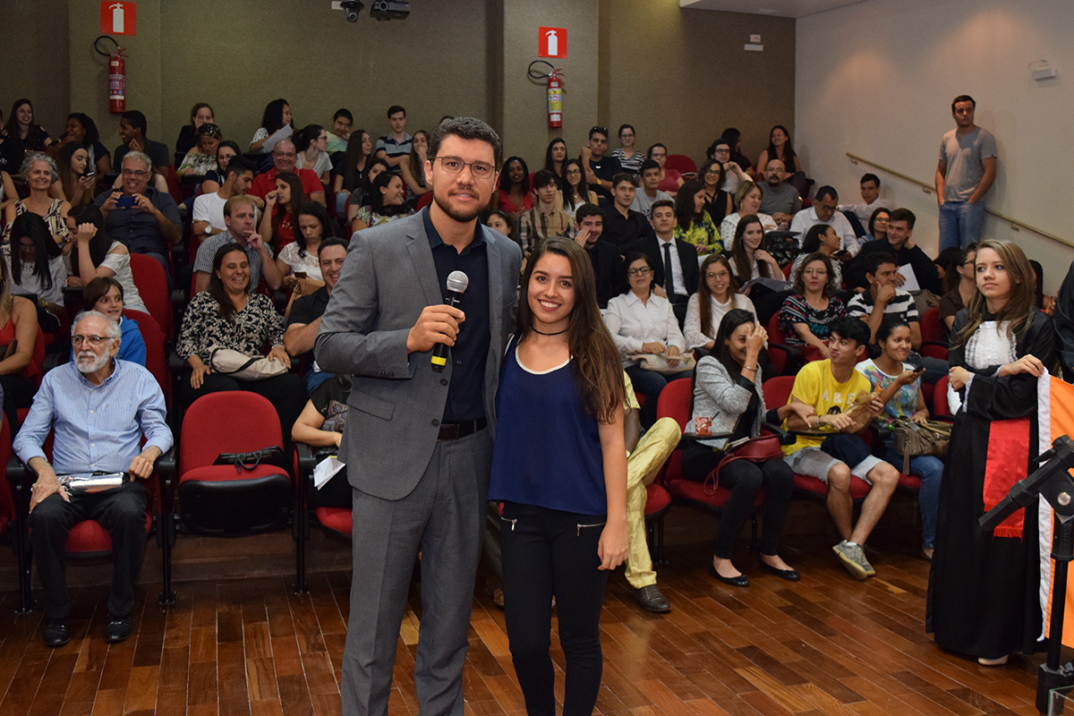 A estudante de Direito Carolinne Ferreira Viana foi sorteada entre os participantes para acompanhar o grupo na viagem à Haia.