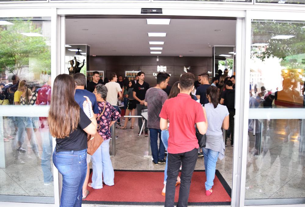 Entrada dos candidatos para o local da prova.