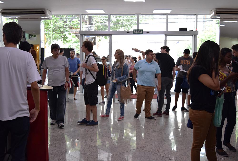 Vestibulandos são recepcionados por funcionários da faculdade.
