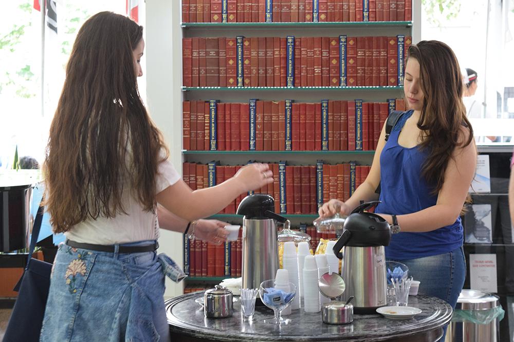 Candidatas tomam café antes da prova.