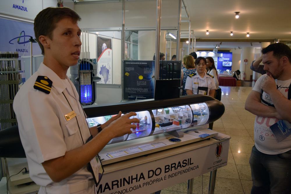 Danilo Moura Prata, Capitão-Tenente da Marinha, conversa com os estudantes.