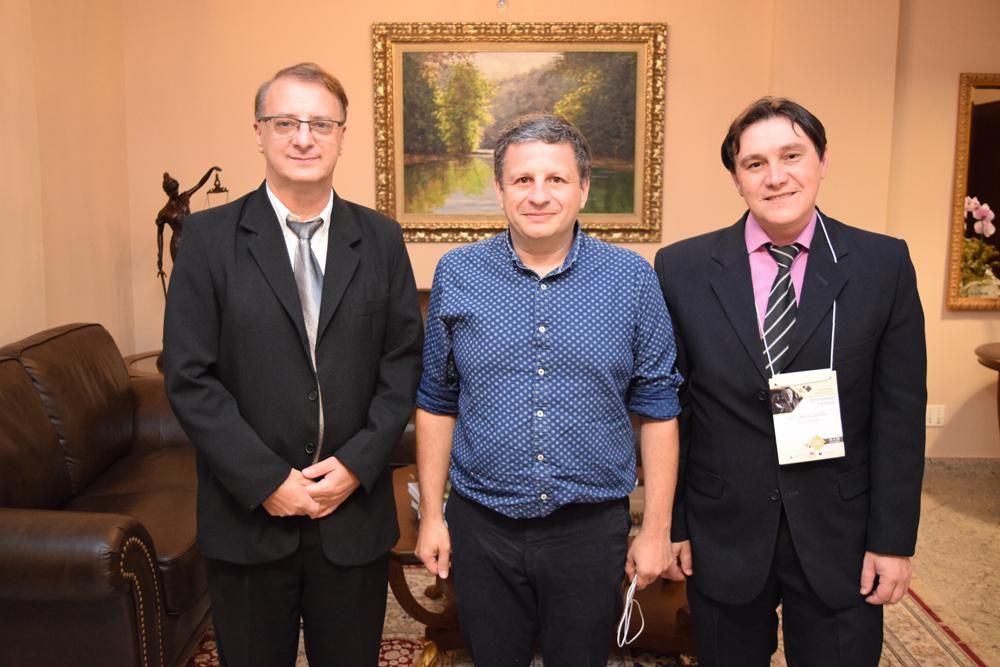 Reitor da Dom Helder Paulo Stumpf SJ ao lado do palestrante François-David Sebbah e  professor do mestrado e doutorado da FAJE, Luiz Carlos Sureki.