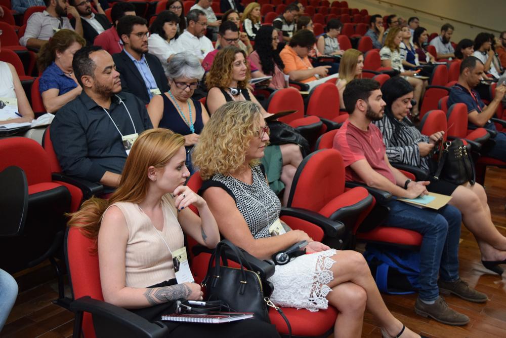Conferencistas, professores da Dom Helder e corpo técnico-administrativo durante seminário.
