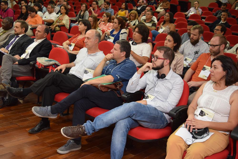 Professores da FAJE, palestrante e conferencistas durante evento
