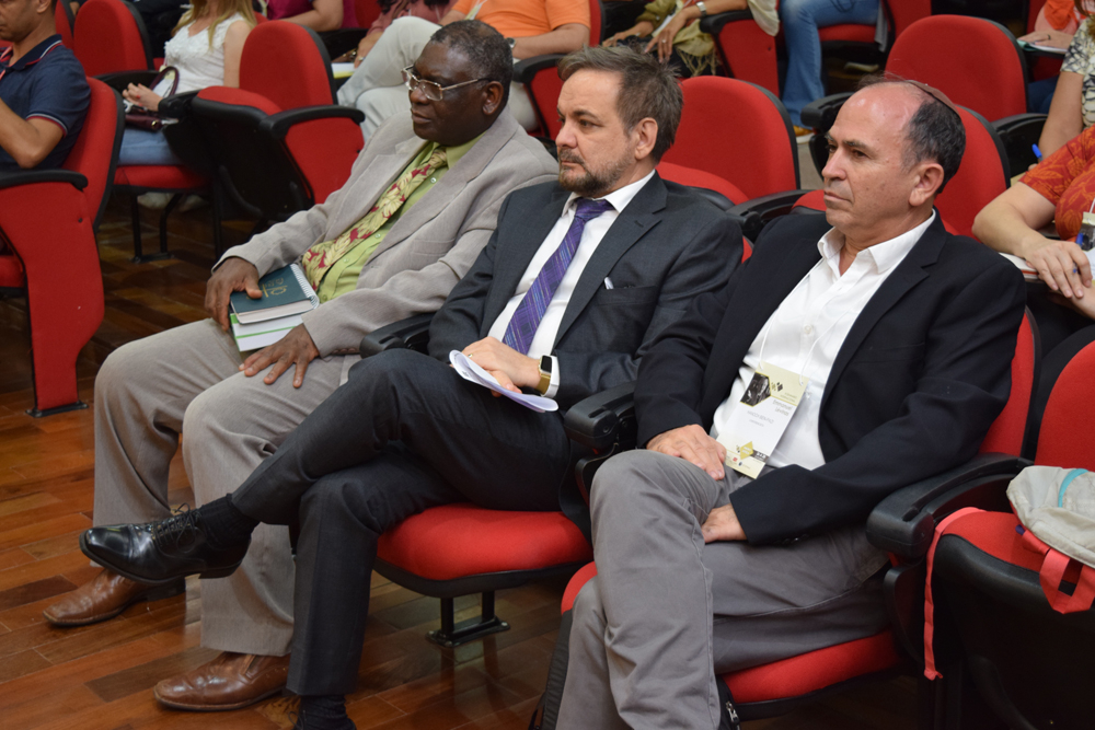 O pró-reitor Sebastian Bizaw, o professor José Adércio Leite Sampaio e o conferencista Hanoch Ben Pazi