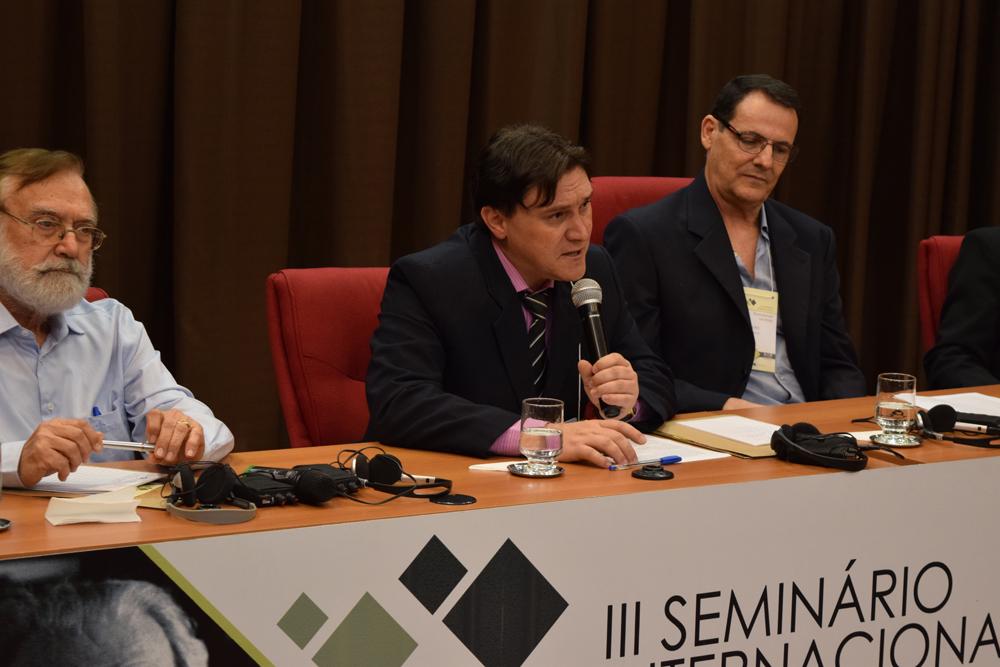 Professor do mestrado e doutorado da FAJE, Luiz Carlos Sureki conversa com participantes do seminário.