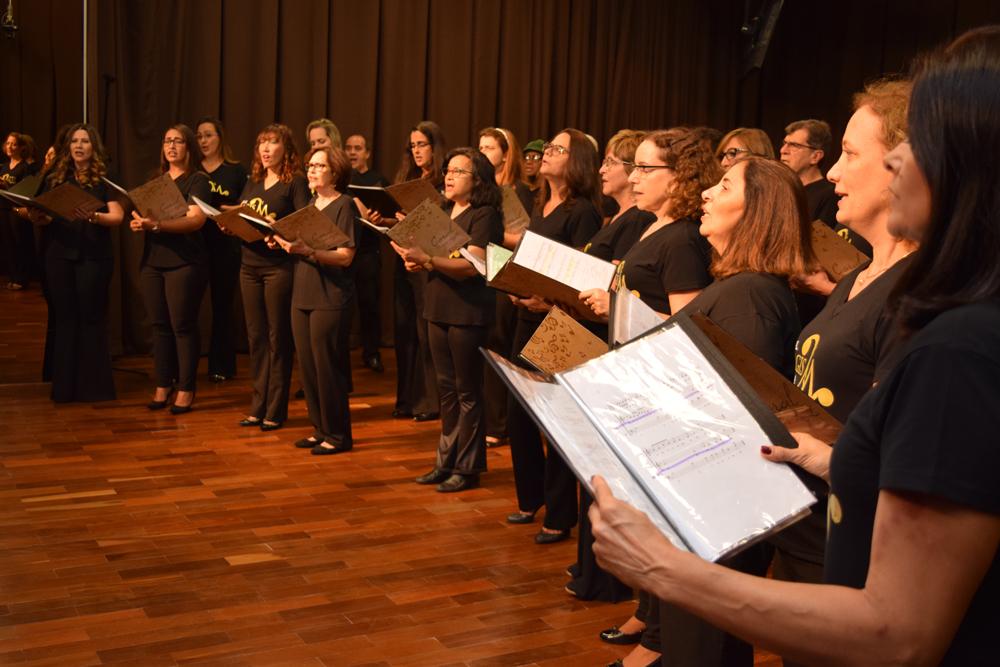 Coral Magis Loyola durante abertura do seminário internacional sobre Lévinas.
