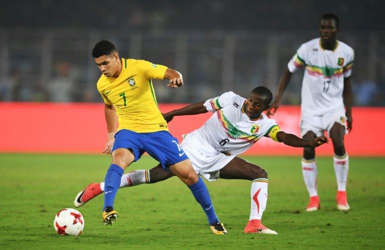 Paulinho (E) disputa bola com Mohamed Camara, no Mundial Sub-17.