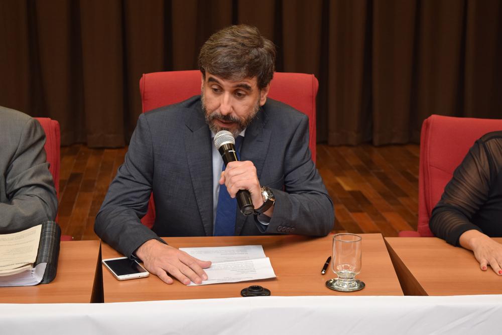 Professor Lyssandro Norton Siqueira presidiu a primeira mesa do seminário.