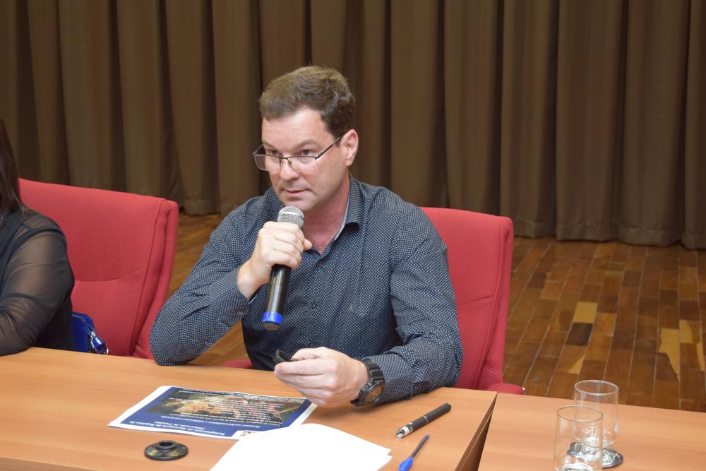O superintendente do Ibama em Minas Gerais, Marcelo Belisário Campos conversa com o auditório sobre o episódio em Bento Ribeiro, distrito de Mariana.