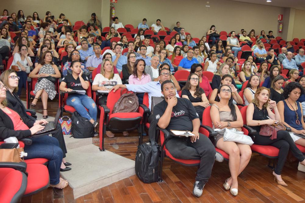 Auditório lotado na noite de sexta-feira no debate sobre os dois anos do desastre em Mariana.