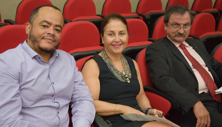 Coordenador do NEP Rogério Vieira, a pró-reitora Beatriz Souza Costa e um dos coordenadores do Movimento Ecos Luiz Chaves.