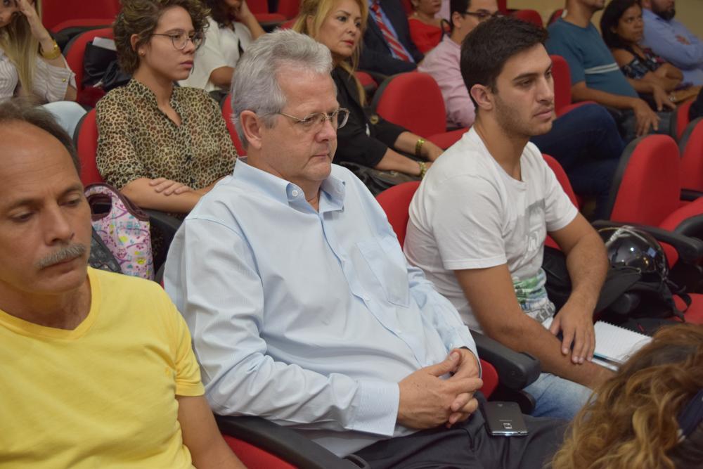 Um dos coordenadores do Movimento Ecos, professor Francisco Haas (meio) assiste o seminário.