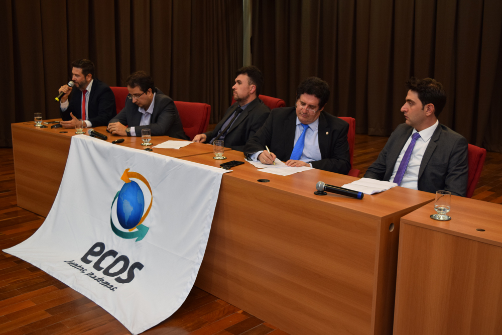 Debatedor e palestrantes durante o evento.