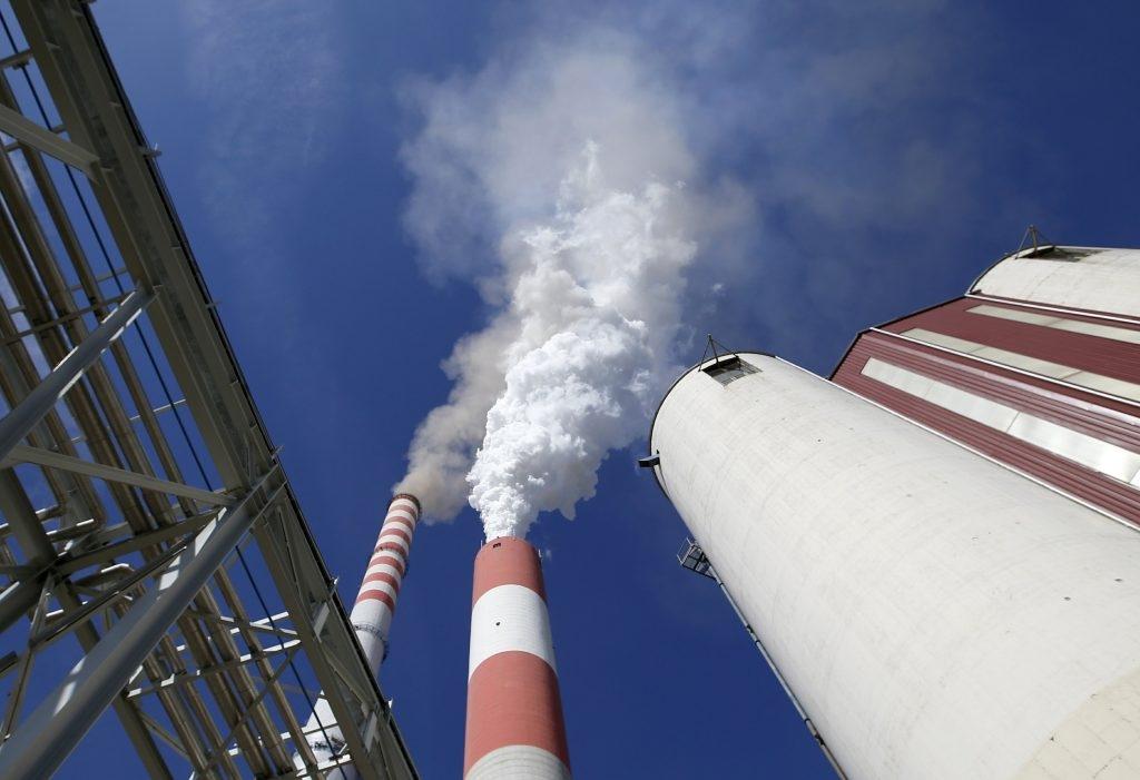 Fumaça sobe das chaminés da principal central elétrica a carvão da Sérvia perto de Kostolac, em 3 de outubro de 2018.