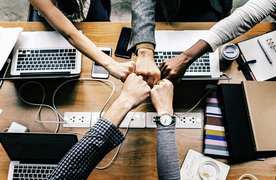 Os executivos devem entender a importância da tecnologia, desafiando suas equipes a exercerem a criatividade continuamente.