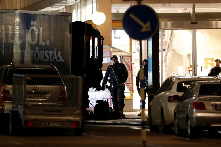 Policiais suecos observam, em 8 de abril de 2017, caminhão utilizado em ataque em Estocolmo