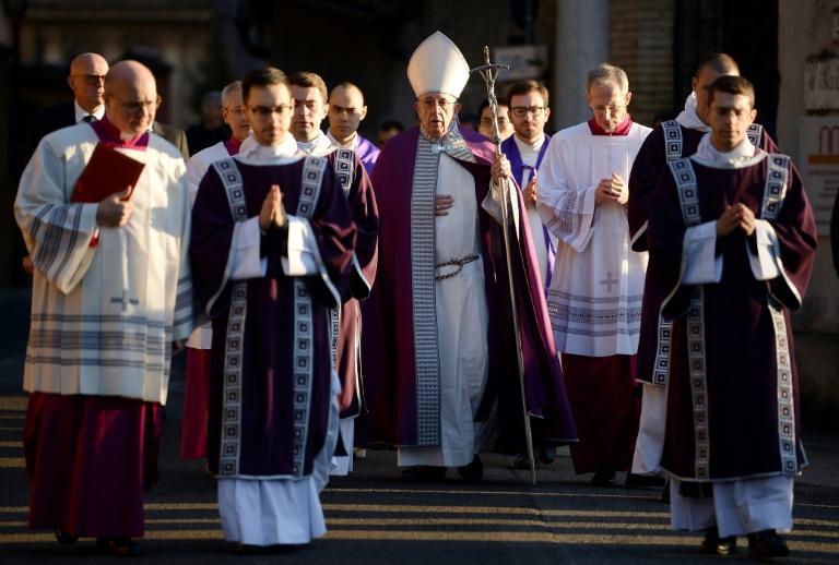 Papa Francisco deixa igreja em Roma, na Itália, em 14 de fevereiro de 2018