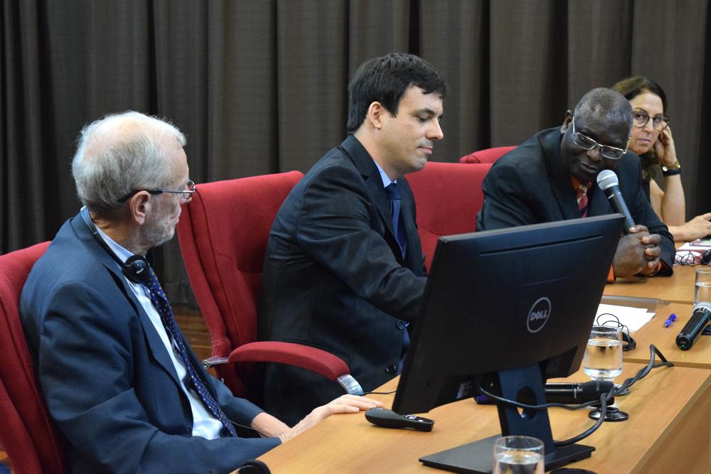 O pró-reitor de pós-graduação Sébastien Kiwonghi deu as boas vindas ao palestrante Michel Prieur.