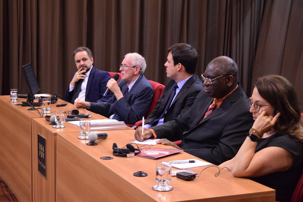 Compuseram a mesa o coordenador de pós-graduação José Adércio Sampaio, o palestrante professor Michel Prieur, o professor Romeu Faria Thomé, o pró-reitor de pós-graduação Sébastien Kiwonghi e a pró-reitora de pesquisa Beatriz Sousa Costa.