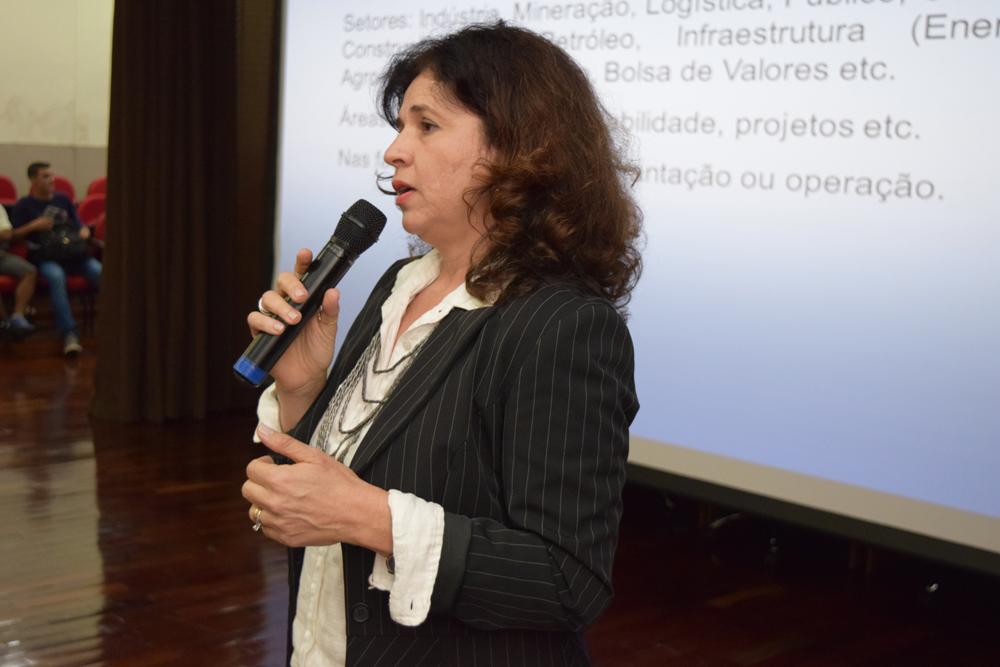 Palestrante Carla Cristina Santos conversa com alunos da EMGE
