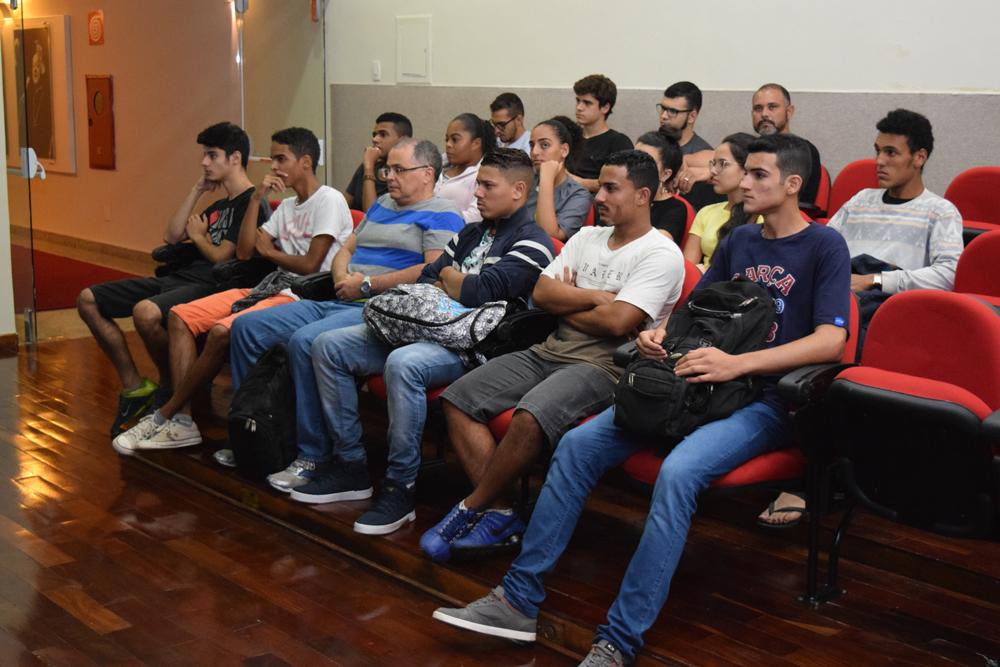 Alunos atentos durante à palestra