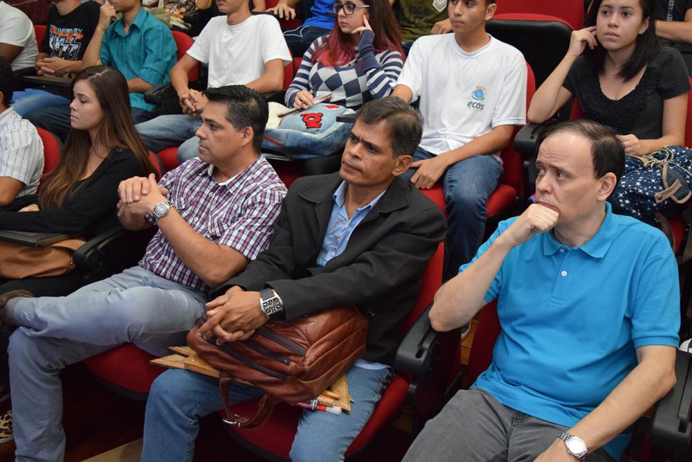 Os professores Fisher Stefan, Luiz Carlos Santos e o pró-reitor de pequisa Jose Antonio de Sousa Neto