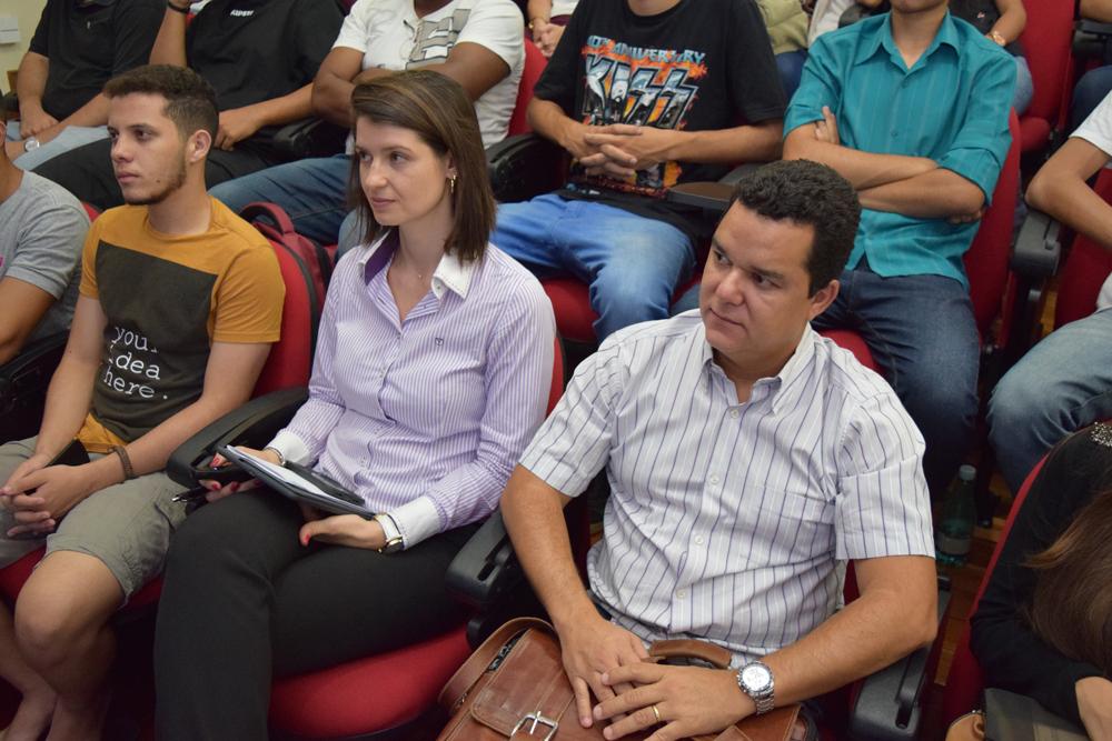 A coordenadora da engenharia civil Aline Oliveira e o professor Marcus Cardoso