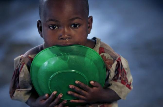As lógicas do desenvolvimento e a posição dos países que sofrem com a pobreza e a miséria são fatores importantes para compreender as causas da fome no mundo.