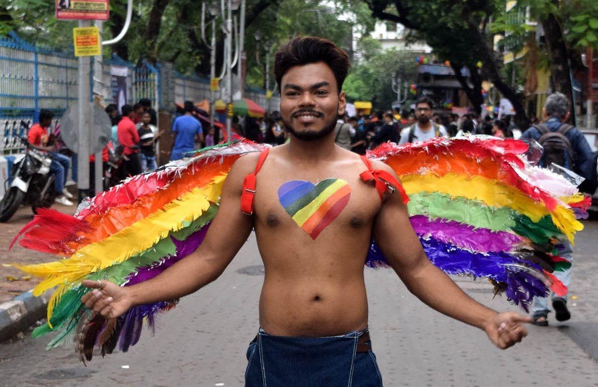 Parada do orgulho LGBT de Calcutá, Índia, em 2017. No país, uma lei introduzida no domínio colonial da Inglaterra criminaliza as relações homossexuais.