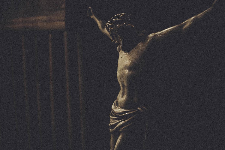 A violência presente no nosso mundo, da qual o ser humano não pode fugir, revelando o rosto de um Deus humilhado e desfigurado.