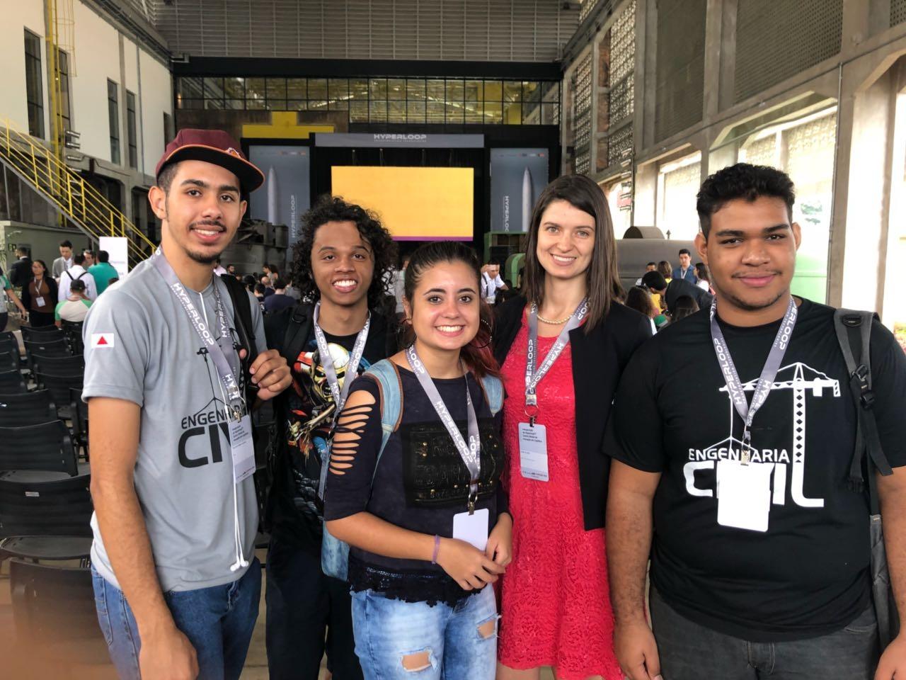 Professora Aline Oliveira e alunos da EMGE participam do lançamento em Contagem.