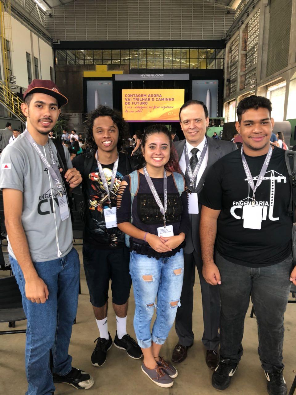 Professor José Antônio Sousa e alunos da EMGE participam do lançamento em Contagem.