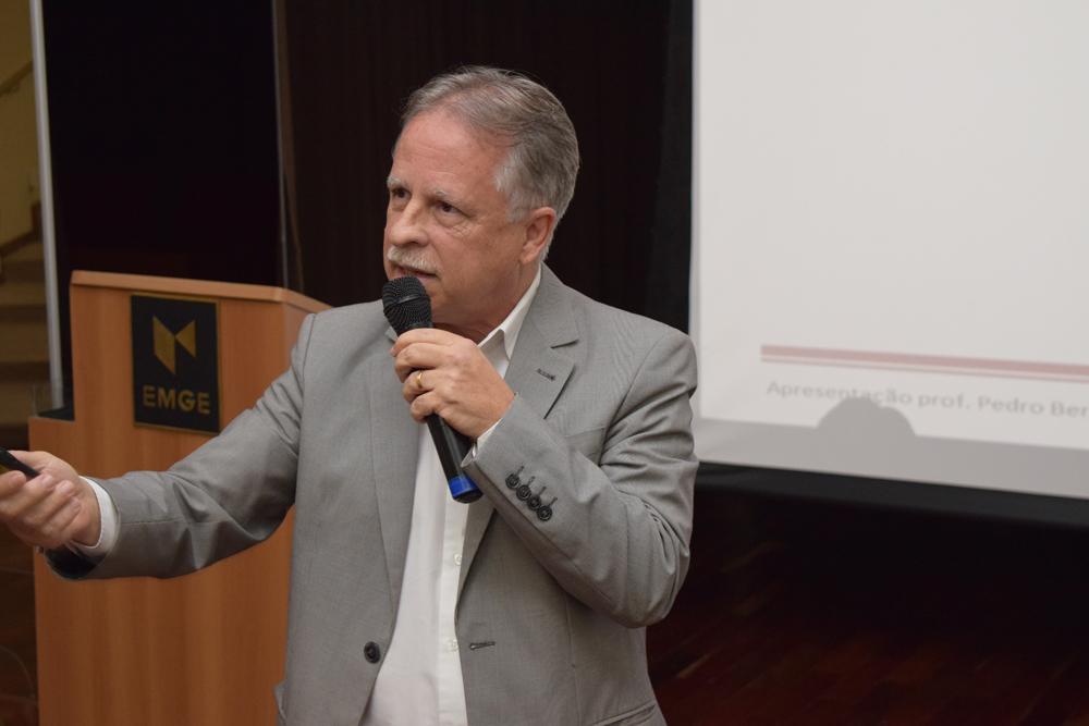 O engenheiro Pedro Bernardes conversou com os alunos da EMGE e deu dicas importantes a respeito da profissão.
