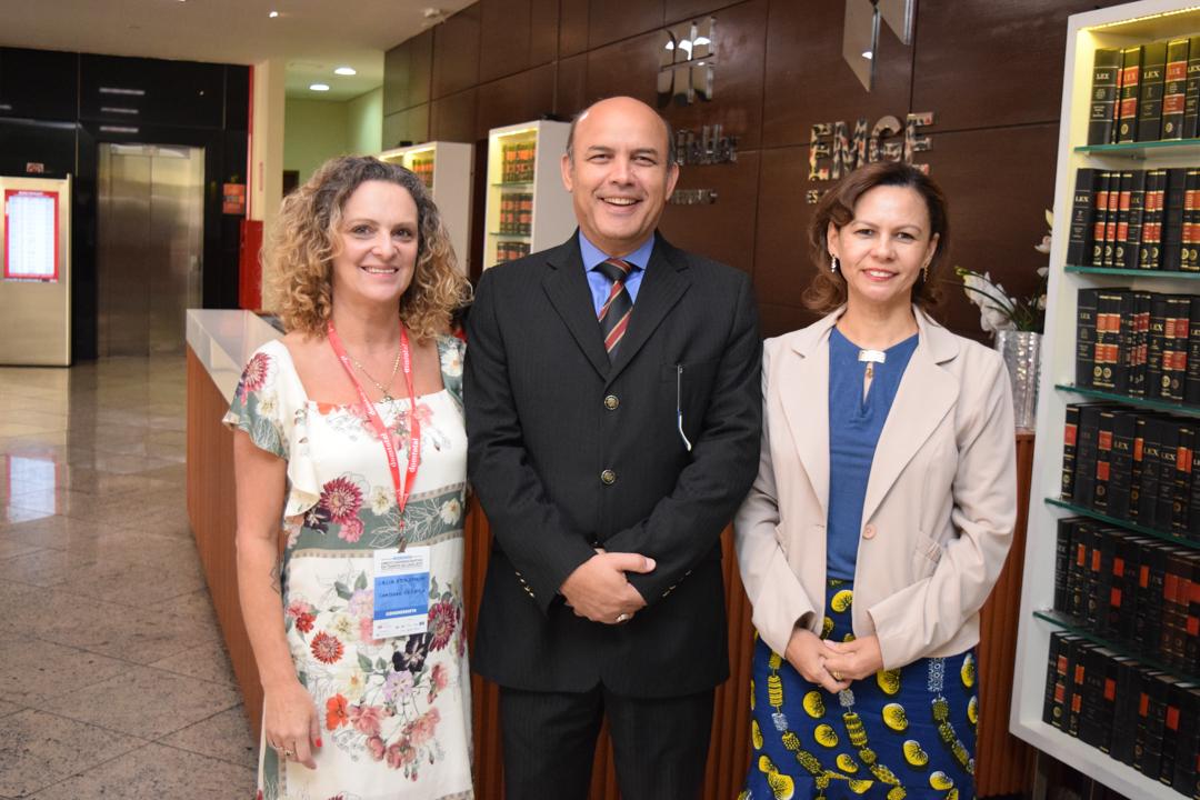 Cácia Stumpf (pró-reitora de Administração), professor André Luiz Lopes e Anacélia Santos Rocha (pró-reitora de Ensino).
