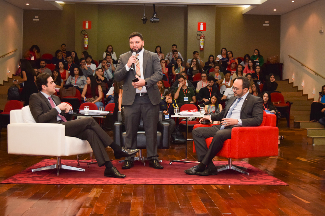Professor Luís André de Araújo inicia os trabalhos do primeiro painel do dia.