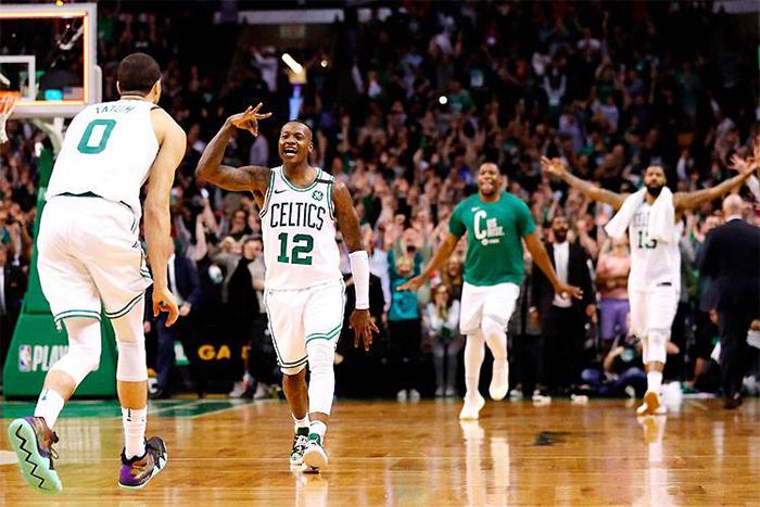 Terry Rozier (12) festeja com Jayson Tatum no TD Garden: Boston Celtics faz 4 a 1 no confronto.