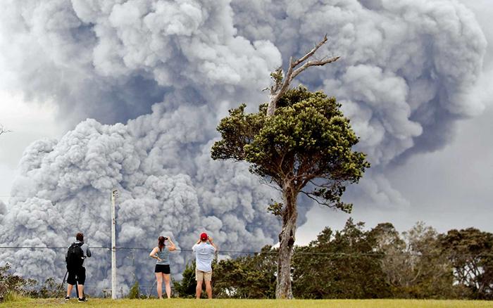 Pessoas observam cinzas da cratera do vulcão Kilauea, no Havaí.