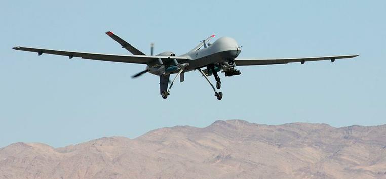 Drone militar An MQ-9 Reaper voa perto de base da US Air Force em Nevada.