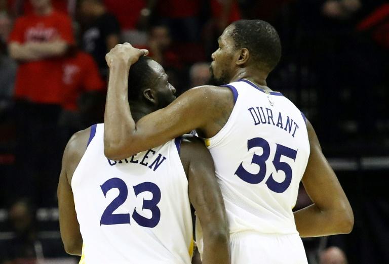 Draymond Green (23) e Kevin Durant (35) do Golden State Warriors celebram a vitória contra o Houston Rockets no Toyota Center, em Houston, Texas